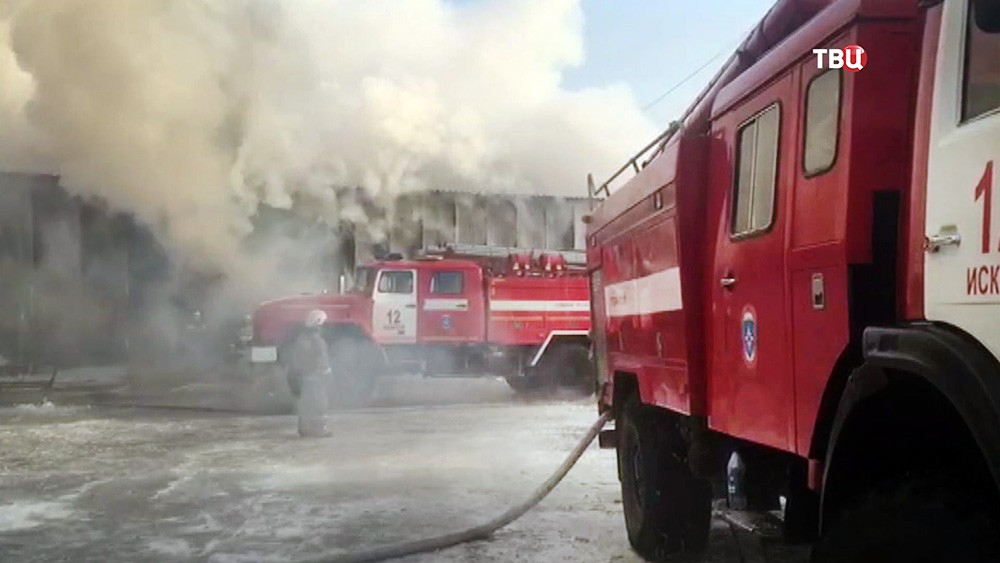 Пожарные на месте возгорания в городе Искитим