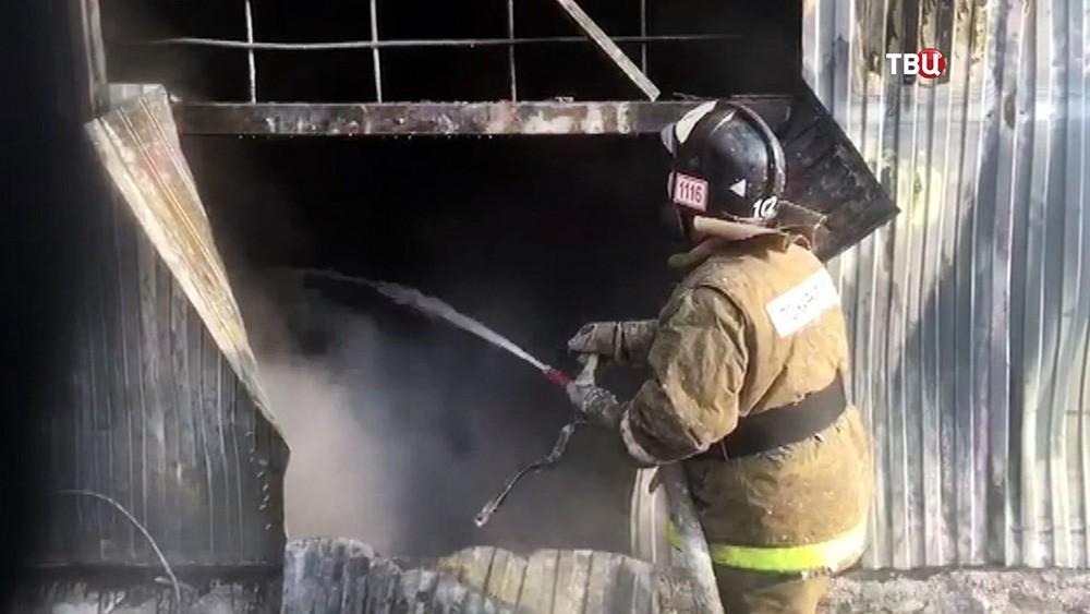 Пожарные на месте возгорания в ангаре