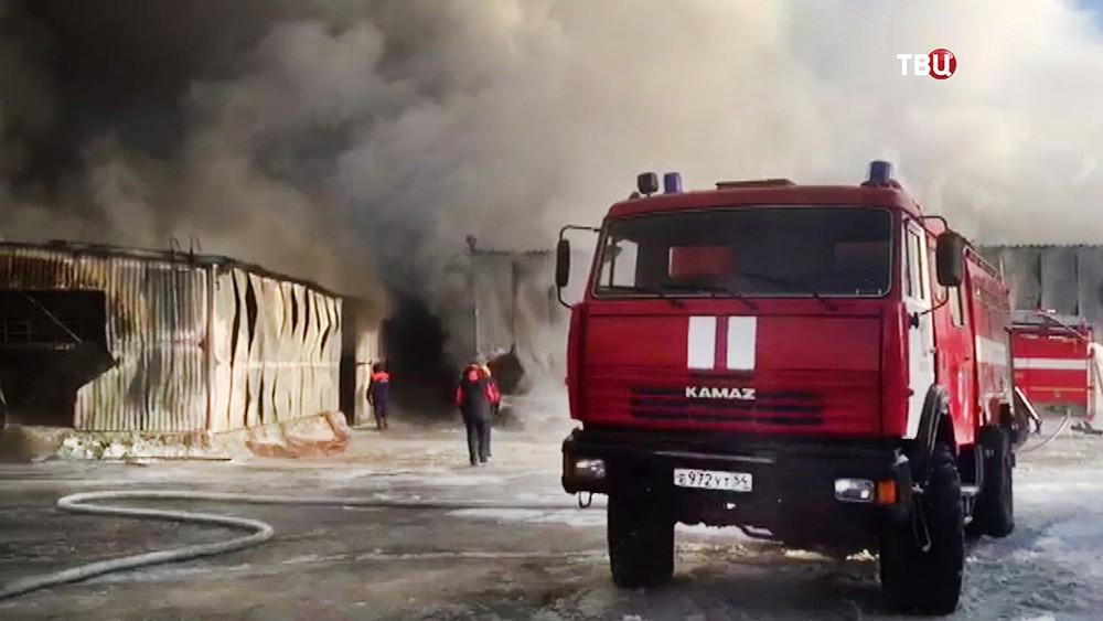 Пожарные Новосибирской области на месте возгорания