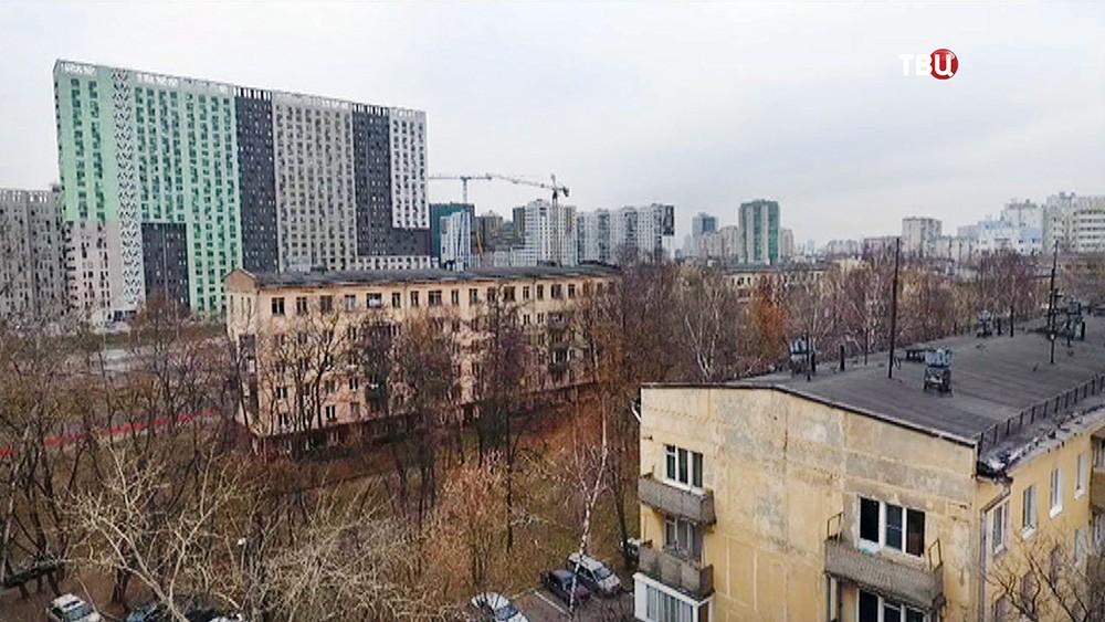 Пятиэтажки на фоне новостройки