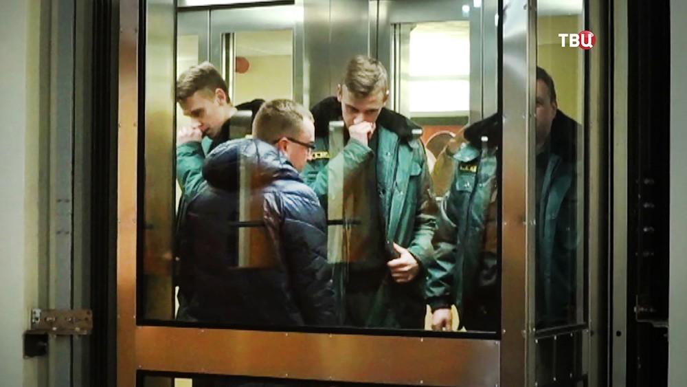 Анатолий Курлаев в сопровождении служащих миграционного контроля Латвии