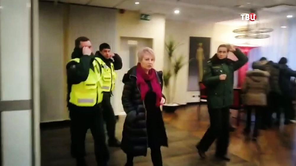 Журналистка Ольга Курлаева в сопровождении служащих миграционного контроля Латвии
