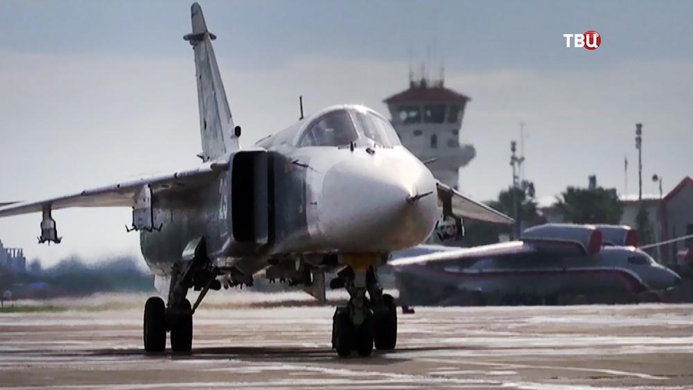 Истребитель ВКС России Су-24 на авиабазе в Сирии