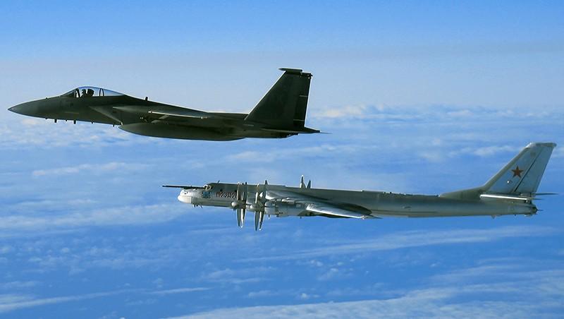 Истребитель F-15 и ракетоносец Ту-95