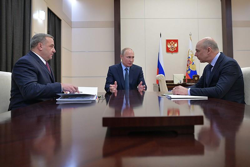 Президент России Владимир Путин, министр финансов Антон Силуанов и глава МЧС Владимир Пучков во время встречи