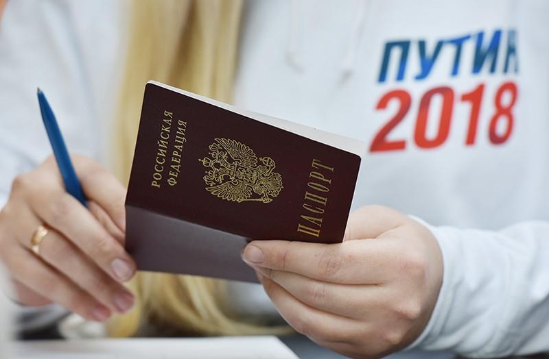 Волонтер пункта сбора подписей в Симферополе по выдвижению Владимира Путина на президентских выборах в 2018 году