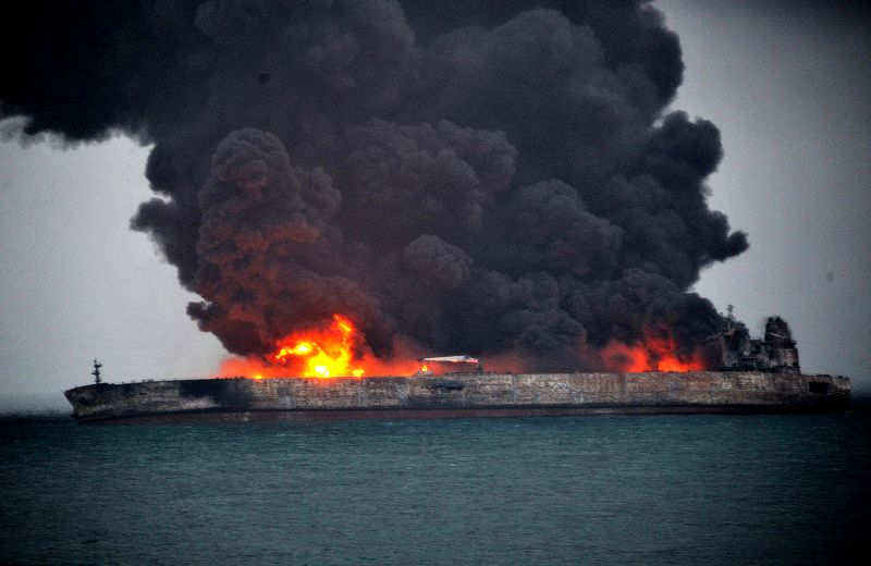 Пожар на нефтяном танкере