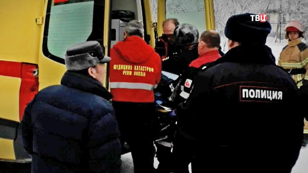Врачи и полиция на месте резни в пермской школе