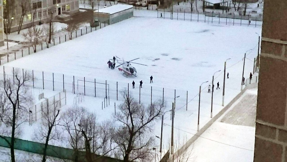 Медицинский вертолёт на спортивной площадке