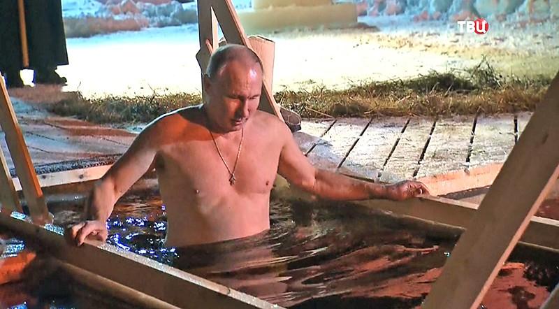 Владимир Путин окунулся в прорубь