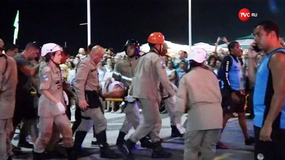 Спасатели Бразилии эвакуируют пострадавшего