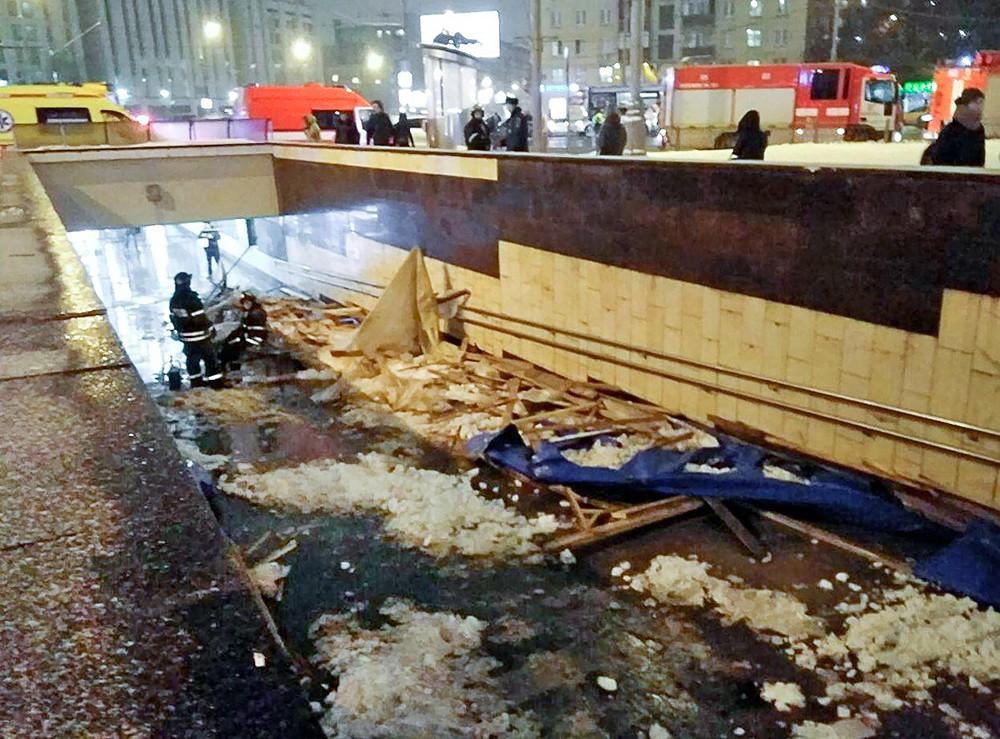 """Последствия обрушения деревянных конструкций в подземном переходе у станции метро """"Улица 1905 года"""""""