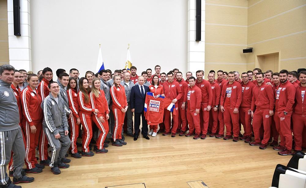 Президент России Владимир Путин и спортсмены олимпийской сборной