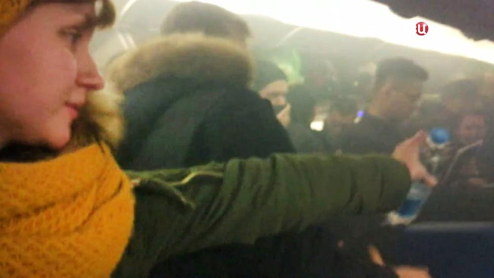 Пассажиры тушат возгорание на борту самолета