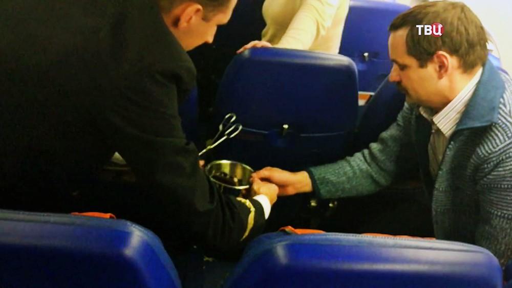 Изъятие сгоревшего на борту самолета зарядного устройства