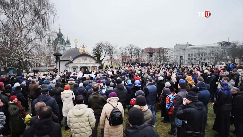 Священнослужители и верующие во время молебна в защиту Владимиро-Ольгиевского храма Десятинного монастыря в Киеве