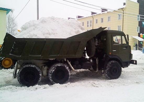 Военная техника убирает снег