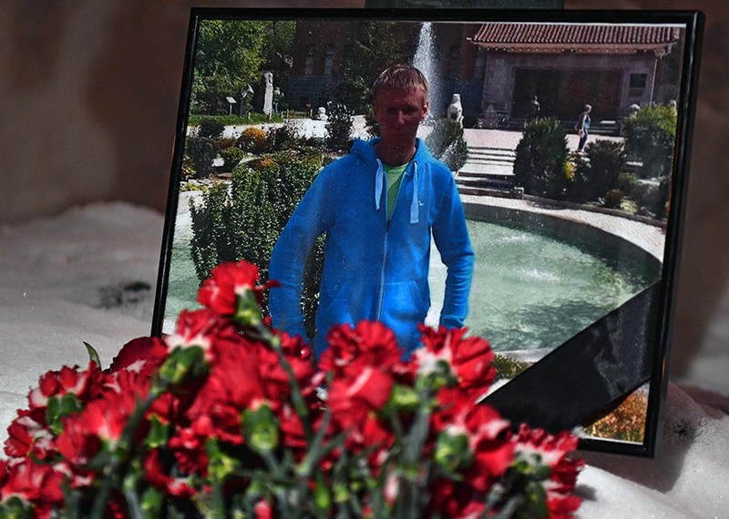 Цветы в память о погибшем летчике майоре Романе Филипове