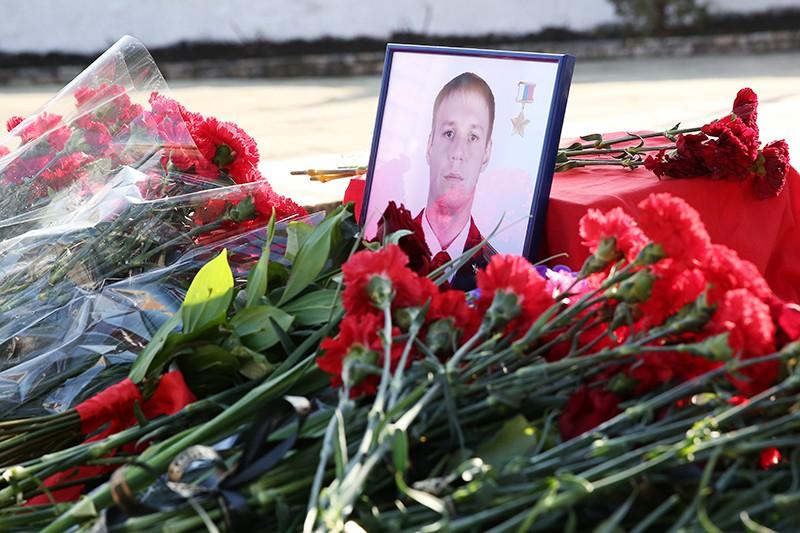 Цветы возложенные в память о погибшем в Сирии пилоте Су-25 майоре Романе Филипове