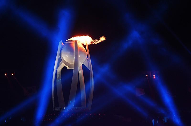 Зажжение Олимпийского огня во время церемонии открытия XXIII зимних Олимпийских игр в Пхенчхане