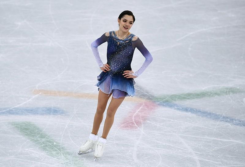 Евгения Медведева выступает в короткой программе женского одиночного катания командных соревнований по фигурному катанию