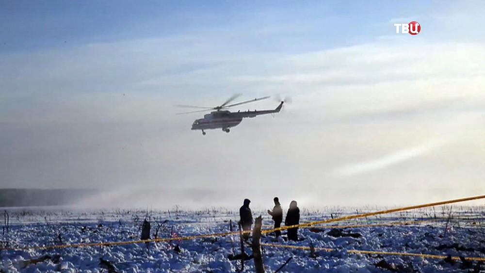 Спасатели МЧС России на месте крушения самолета