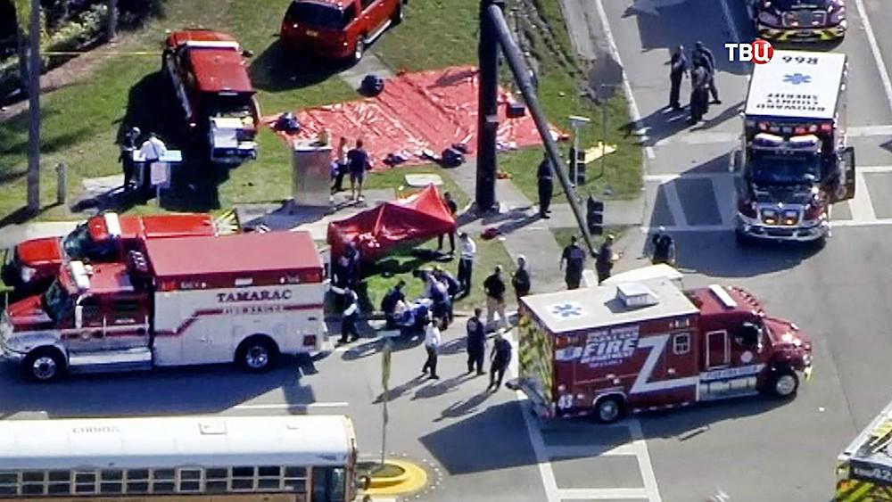 Экстренные службы США на месте стрельбы в школе во Флориде