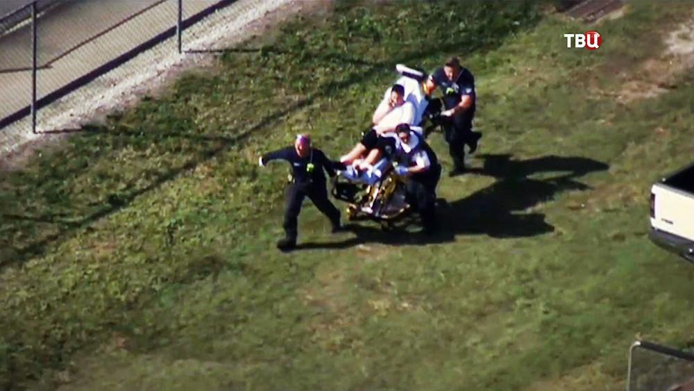 Эвакуация пострадавших из школы в США, где велась стрельба