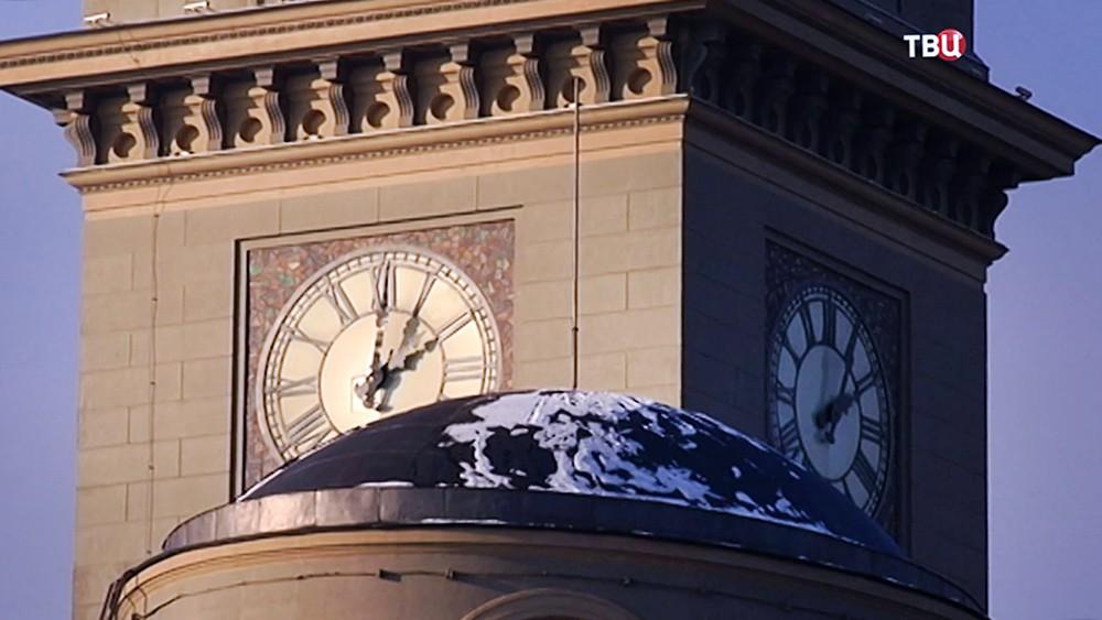 Часы на здании Киевского вокзала