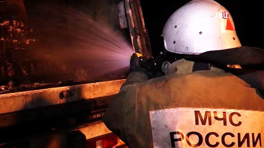 Спасатели МЧС на месте ДТП с участием грузовика