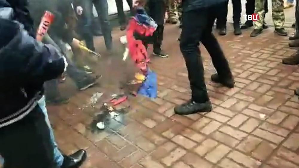 Украинские неонацисты сожгли флаг России