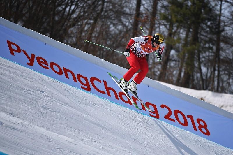 Российский спортсмен Сергей Ридзик выступает в дисциплине ски-кросс на соревнованиях по фристайлу