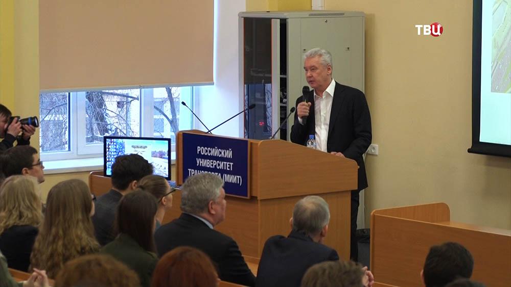 Сергей Собянин, выступает перед студентами в Российском университете транспорта