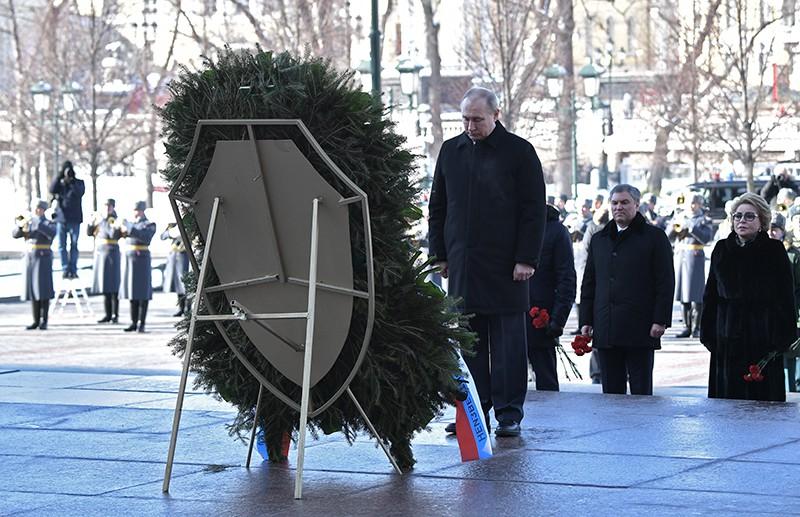 Владимир Путин на церемонии возложения венка к Могиле Неизвестного Солдата