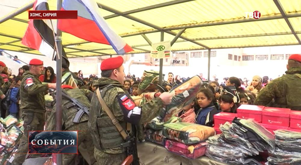 Российские военные доставили в школу в сирийском Хомсе теплые вещи