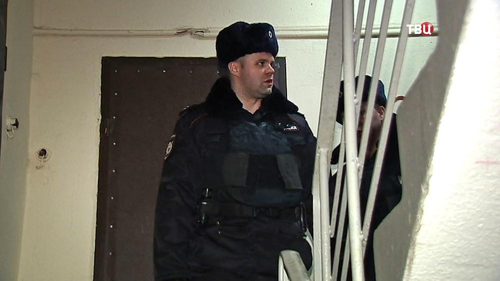 Полиция в подъезде