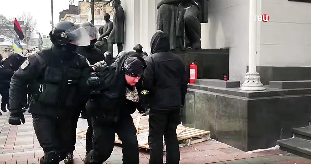 Полиция Украины задерживает митингующих у здания Верховной Рады