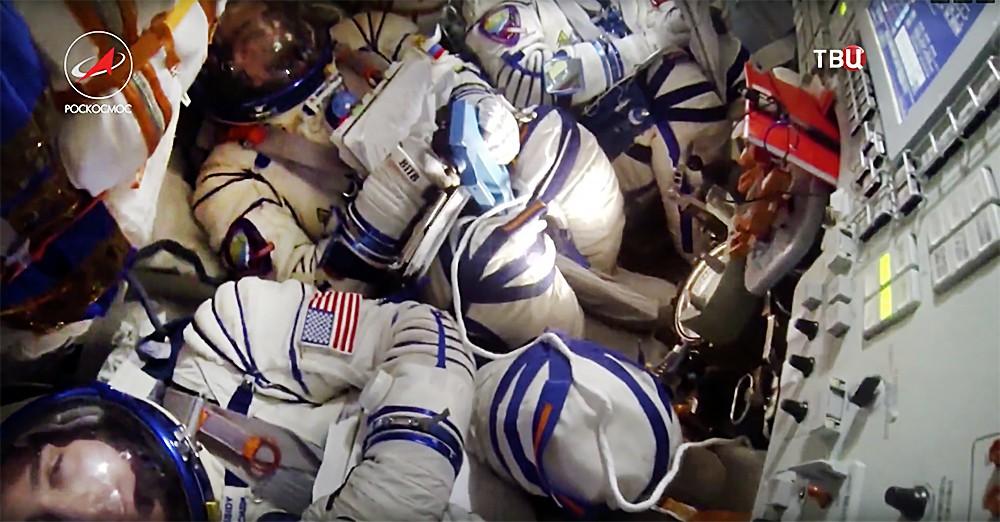 Члены экипажа МКС в спускаемой капсуле