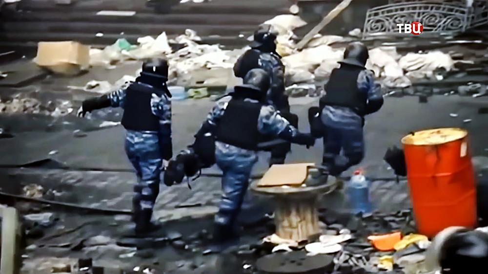 """Бойцы """"Беркута"""" уносят раненых во время беспорядков на Майдане в 2014 году"""