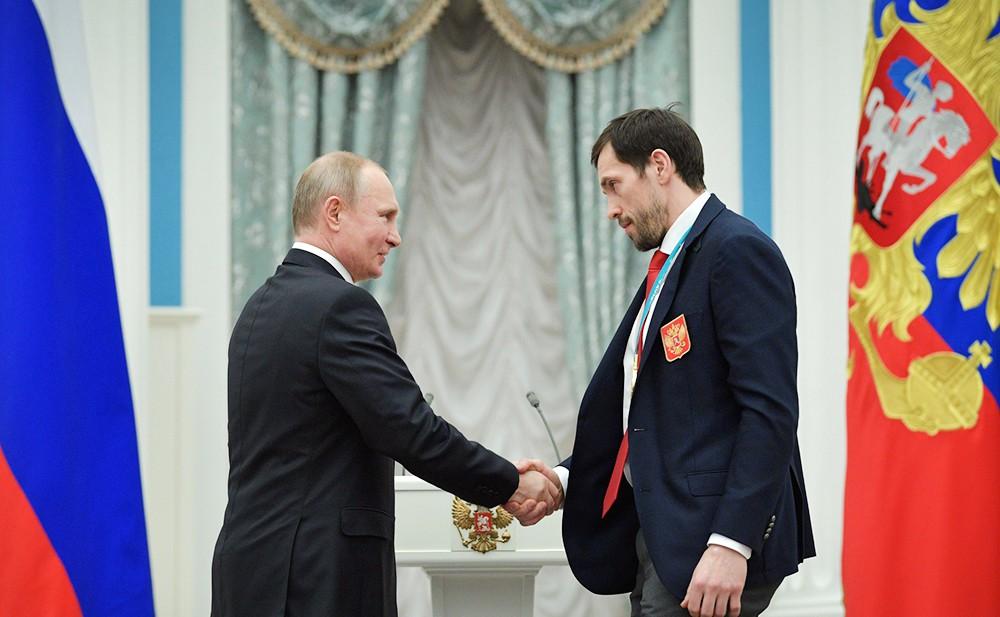 Владимир Путин и Павел Дацюк на церемонии награждения российских олимпийцев в Кремле