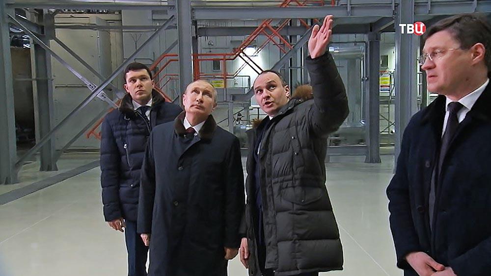 Владимир Путин осматривает новую ТЭС