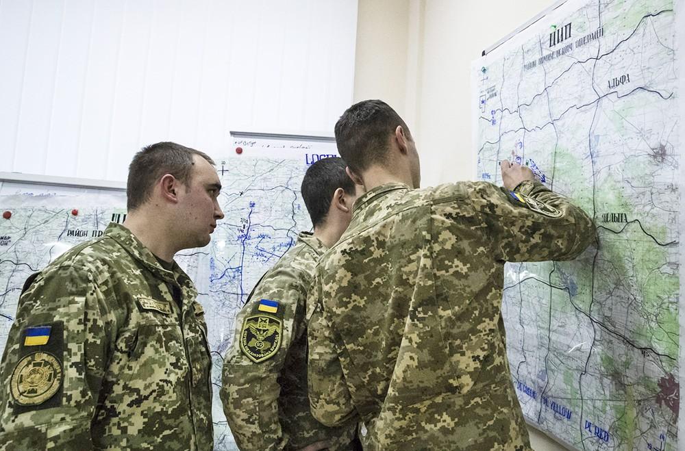 Украинские военные изучают карту