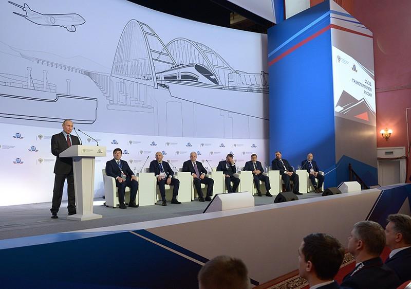 Владимир Путин выступает на пленарном заседании съезда транспортников России