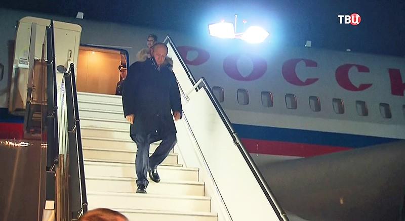 Владимир Путин спускается по трапу