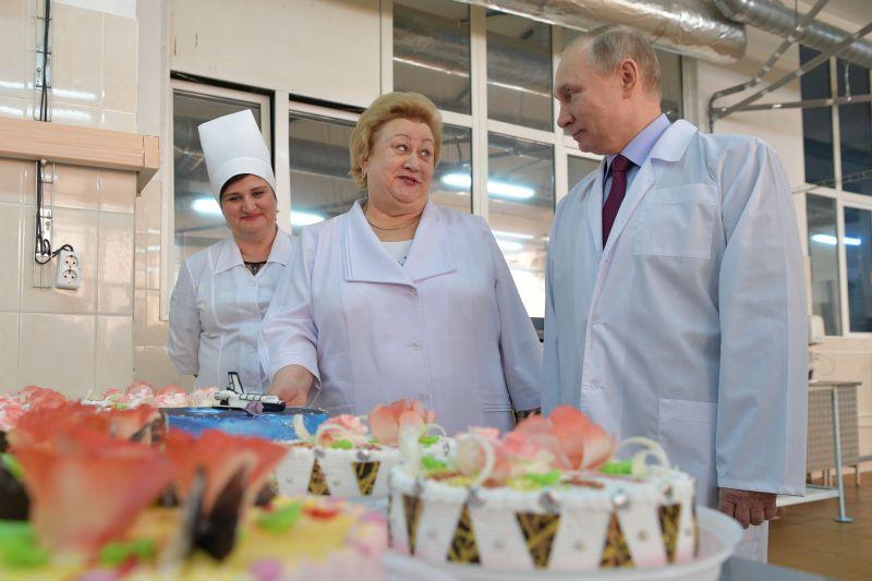 Владимир Путин во время посещения кондитерской фабрики