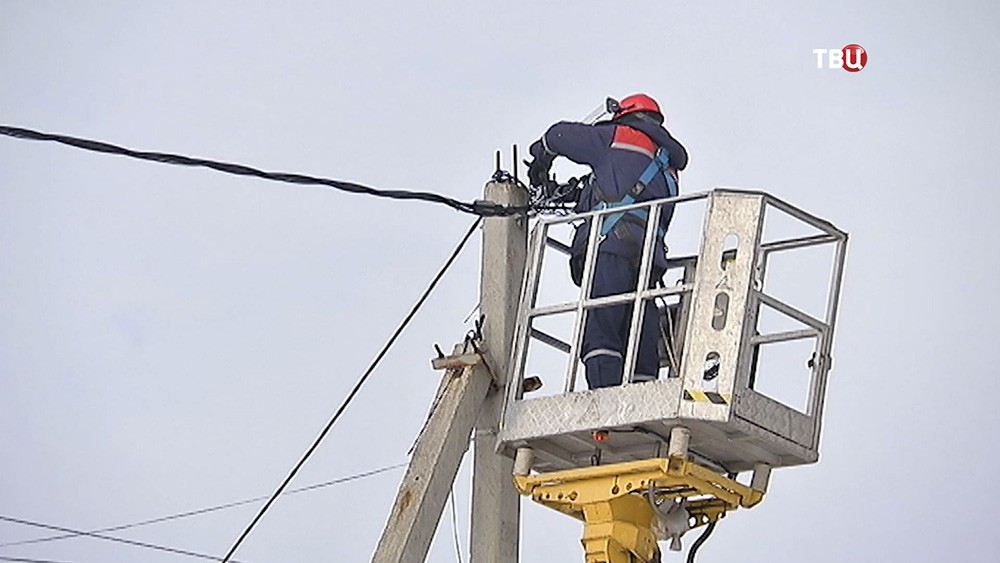 Электрики проверяют подключения частных домов к электросетям