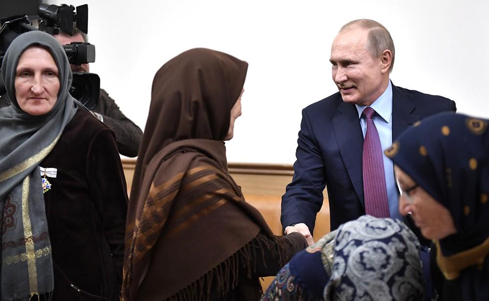 Владимир Путин во время встречи с представителями общественности республики в Махачкале
