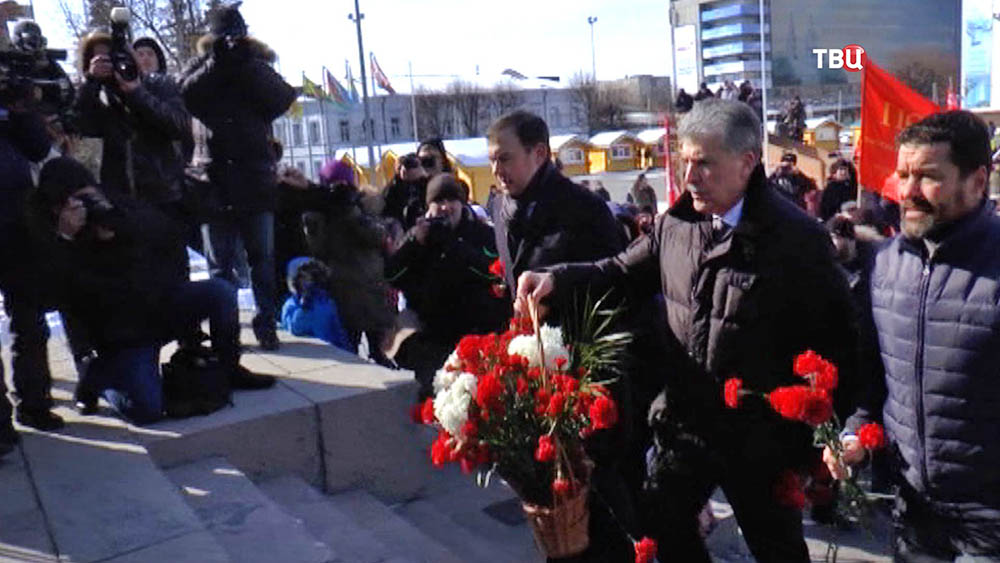 Кандидат от КПРФ Павел Грудинин возлагает цветы