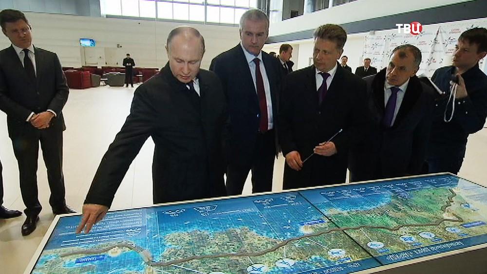 Владимир Путин смотрит транспортную карту Крыма