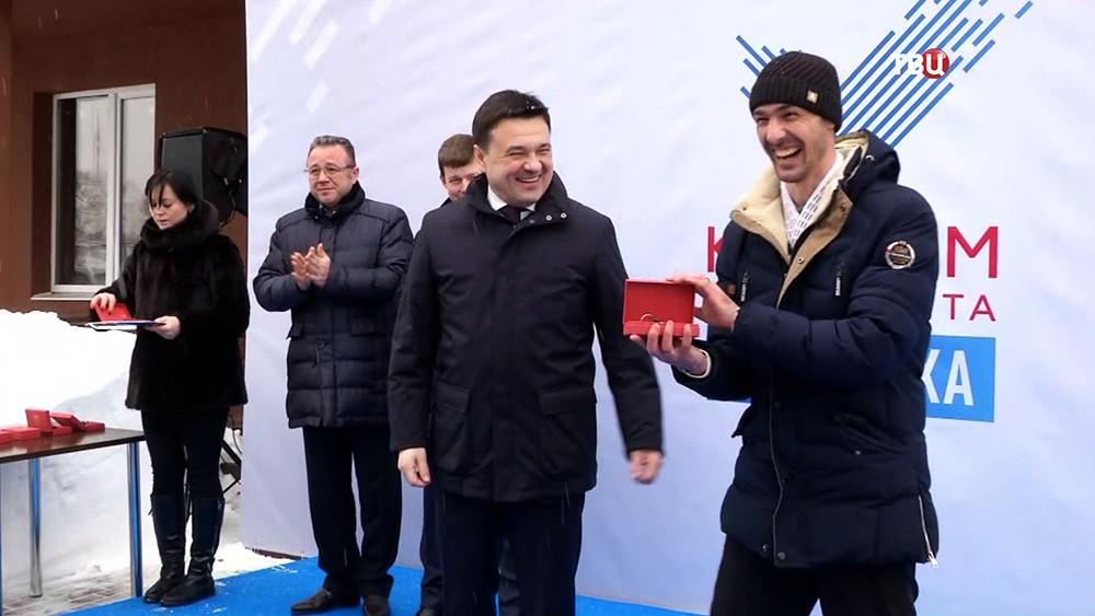 Губернатор Московской области Андрей Воробьёв вручает дольщика ключи от квартир